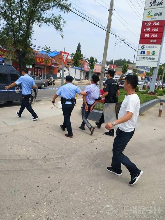 6、陈某被民警带离现场.JPG