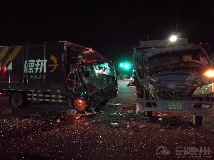 上海北路与铜陵路交叉口晚上发生一起车祸,现场车辆损毁严重