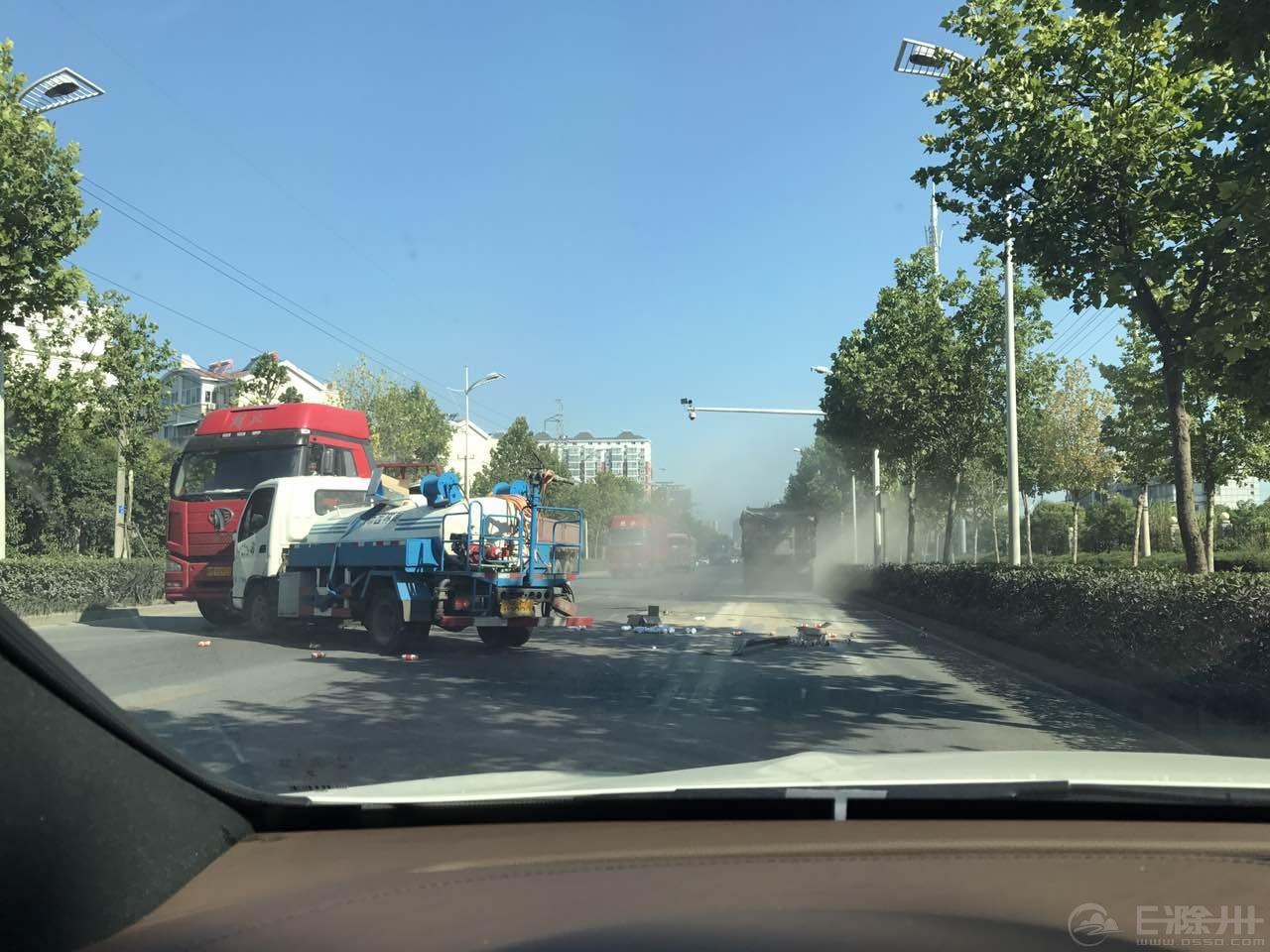 滁州紫薇中路附近,一辆洒水车撞向大汽车