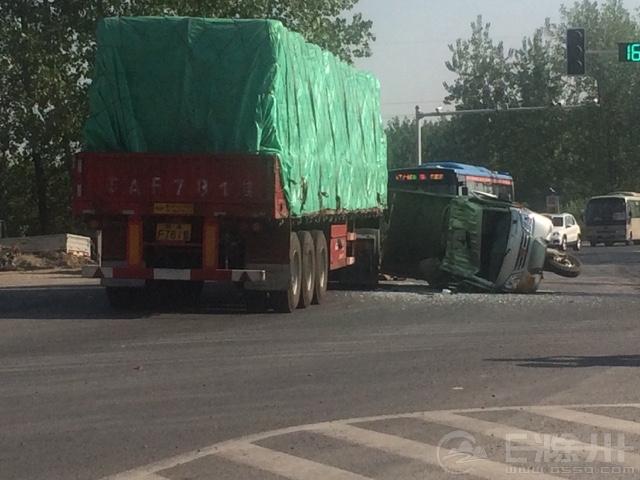 滁来路,九中学校上面,发生一起交通事故,天气炎热开车的请注意!