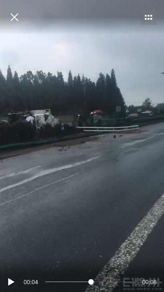滁宁快速通道又发生车祸了,其中一辆直接冲上了绿化带.....