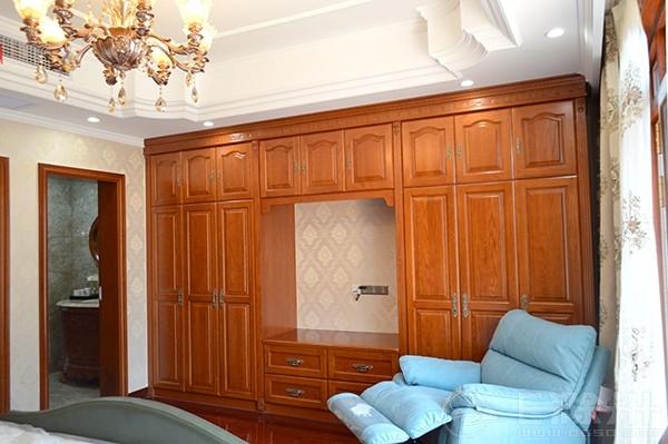 软包搭配深色木质背景墙,复古做旧墨绿色皮床和整体欧式风格相融合.