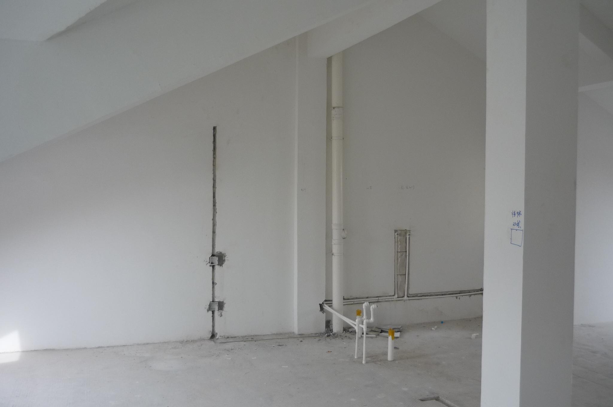 楼上卫生间未砌墙前.JPG